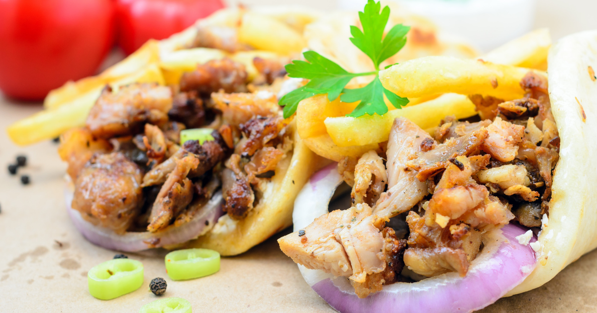 Dettaglio di due kebab con carne e patatine